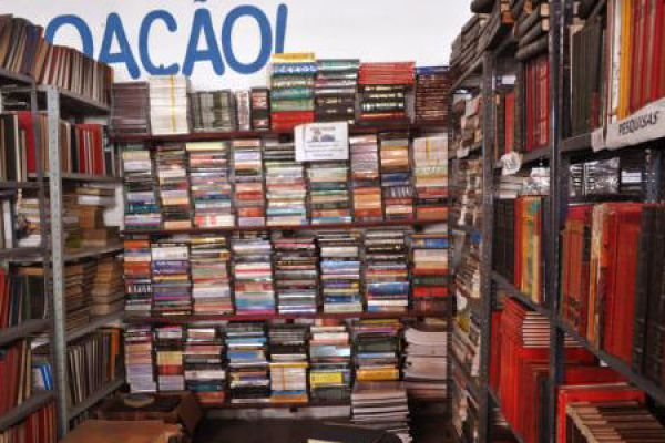 01-bazar-slide-livros61A22CEC-BB16-7E40-8DCA-7B1C4FA656D1.jpg